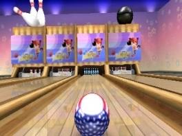 De bal gaat op de kegels af, zal het een strike worden?