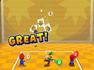 Voer nieuwe trioaanvallen uit met Mario, <a href = https://www.mario3ds.nl/Nintendo-3DS-spel.php?t=Mario_and_Luigi_Dream_Team_Bros target = _blank>Luigi</a> en Paper Mario, zoals een potje tennis met Goomba&apos;s!